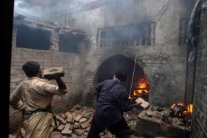 christian-blasphemy-lahore-pakistan-mob-fire-1