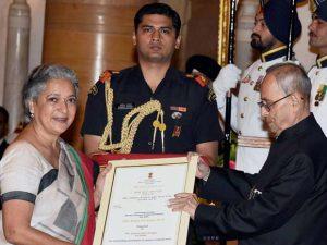 suparna-bakshi-ganguly-getting-nari-shakti-puraskar-award-from-president-pranab-mukherjee